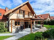 Jak dobrać nawierzchnie wokół posesji do stylu budynku, aby zachować spójność architektoniczną? zdj. 6