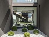 Jak dobrać nawierzchnie wokół posesji do stylu budynku, aby zachować spójność architektoniczną? zdj. 7