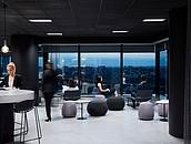 Szklane biurowce nie opustoszeją  – 70% pracowników chce powrotu do pracy w biurze zdj. 4