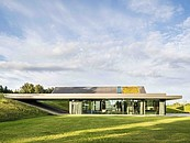 Nowoczesny dom rozpływający się w dzikim krajobrazie Warmii. Green Line w systemach ALUPROF zdj. 2